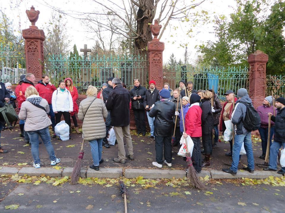 Szykowanie do Dnia Wszystkich Swietych w Kijowie